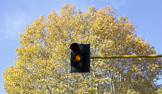 What does a yellow amber flashing light mean in Europe France and Italy